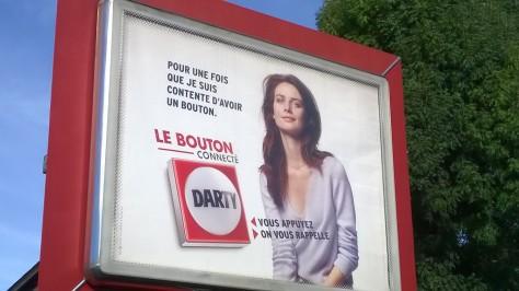 Une femme est experte en bouton, c'est bien connu...