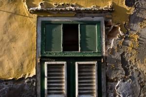 On surveille la grande porte et ça passe par une petite fenêtre.